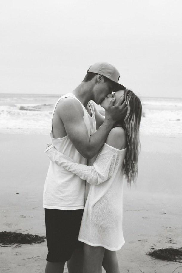 Девушка целуется с парнем картинка с надписями