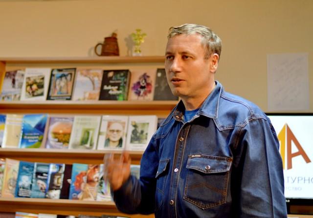 Выступление кемеровского поэта Андрея Пятака на открытии книжного салона